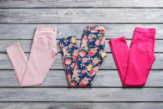 Pantalon rose et bleu. paires de pantalons décontractés pliés. vêtements neufs en stock. vente de marchandises de l'étranger.
