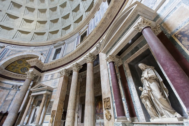 Panthéon à rome, italie, le 16 juillet 2013. le panthéon a été construit comme temple de tous les dieux de la rome antique et reconstruit par l'empereur hadrien vers 126 après jc.