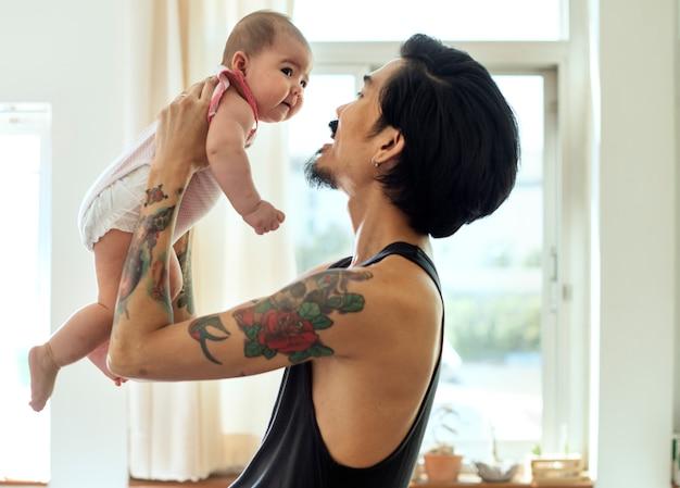 Papa et bébé jouer ensemble amour amour émotionnel