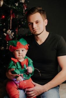 Papa caucasien avec une barbe avec un petit garçon dans ses bras