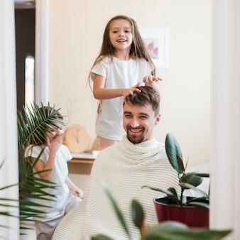 Papa célèbre la fête des pères avec ses filles