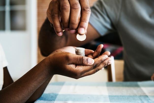 Papa donnant des pièces à sa fille