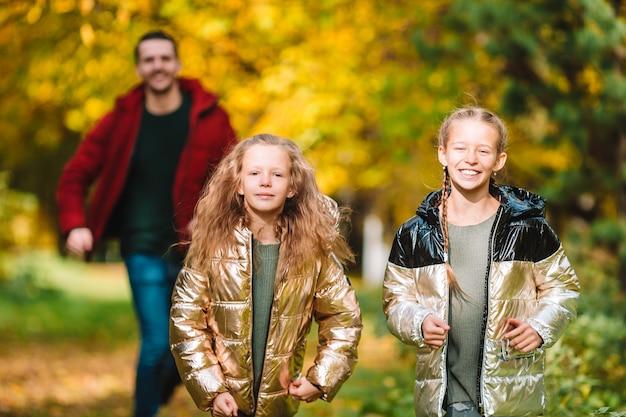 Papa et enfants le beau jour d'automne