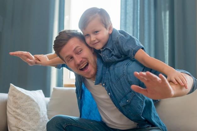 Papa fête des pères tenant un enfant dans le dos
