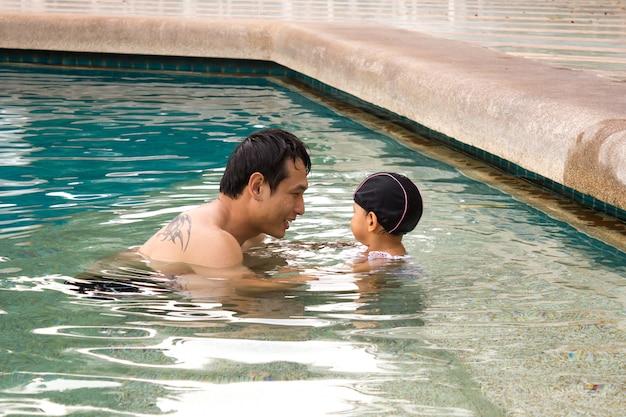 Papa et fille dans une piscine