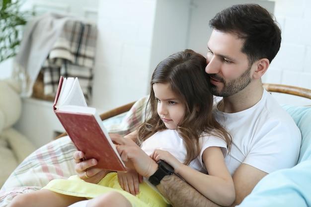 Papa et fille ensemble à la maison