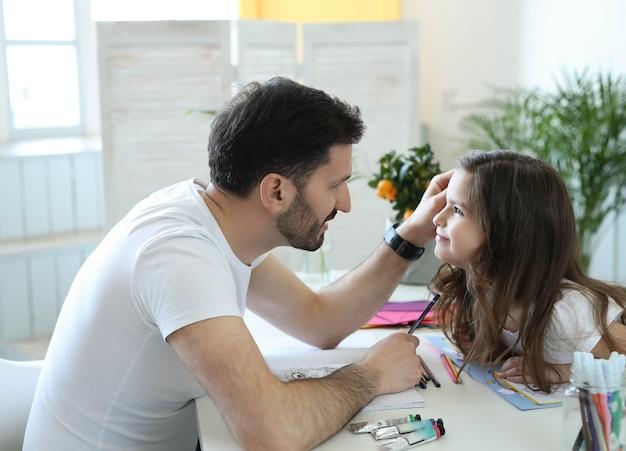 Papa et fille à faire leurs devoirs