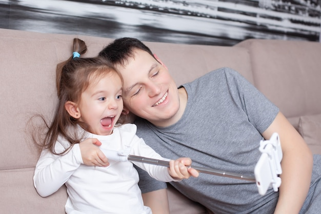 Papa et fille heureux blogueurs sont en direct emotions stream blog réseaux sociaux