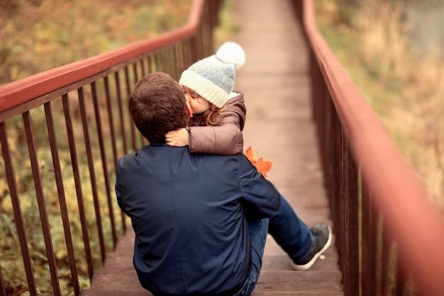 Papa et fille passent du temps ensemble dans la nature