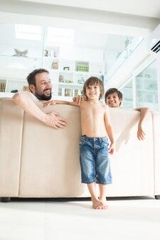 Papa et fils à la maison