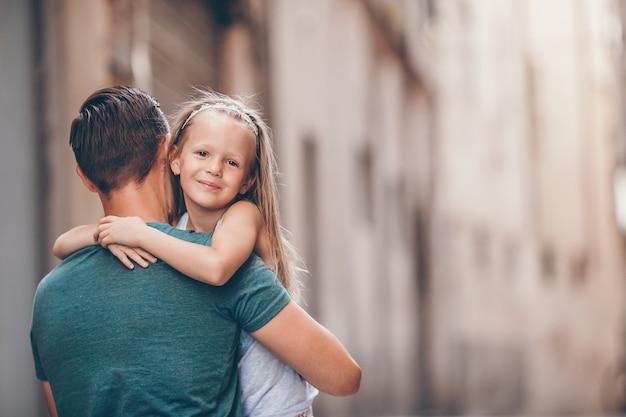 Papa heureux et petite fille adorable voyageant à rome, italie