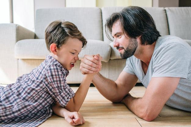 Papa joue avec un garçon