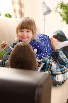 Papa joue avec une petite fille mignonne
