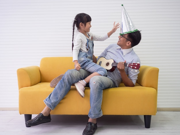 Papa joue avec sa fille à la maison, concept de famille
