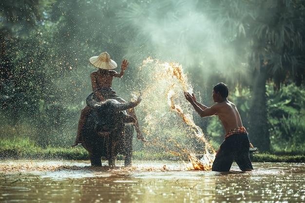Papa et son fils, c'est le mode de vie d'un agriculteur familial en asie rurale.
