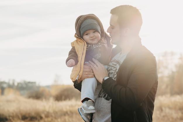 Papa tenant un petit enfant fils d'un garçon