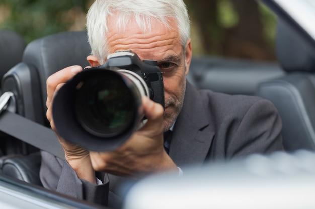 Paparazzi prend des photos avec son appareil photo professionnel