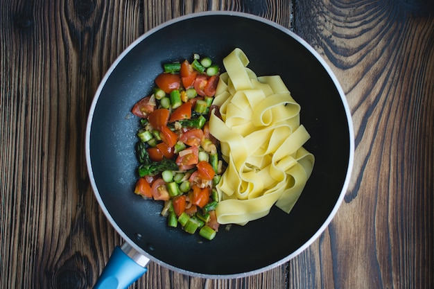 Papardelle à la tomate et asperges dans la poêle