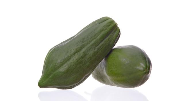 Papaye fruit isolé sur fond blanc, ingrédient salade de papaye verte épicée ou somtum nourriture célèbre en thaïlande