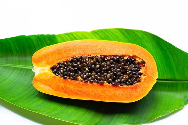Papaye mûre douce sur feuille de bananier vert tropical