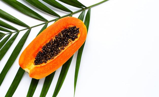 Papaye mûre douce sur les feuilles de palmier tropical. vue de dessus