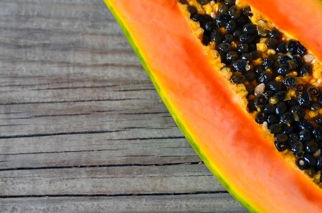 Papaye organique mûre fraîche fruits tropicaux coupés en deux sur de vieux bois