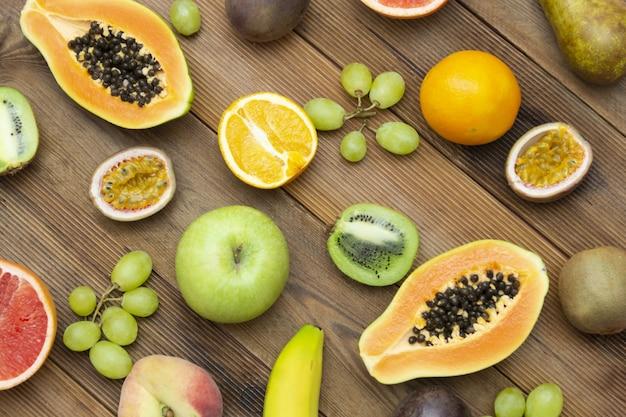Papaye, pamplemousse, agrumes, orange, raisins, kiwi, fruit de la passion, poire, pomme.