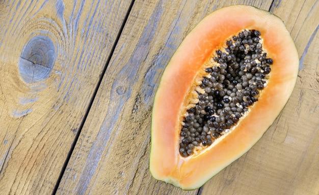 Papaye sur la planche de bois : coupe transversale