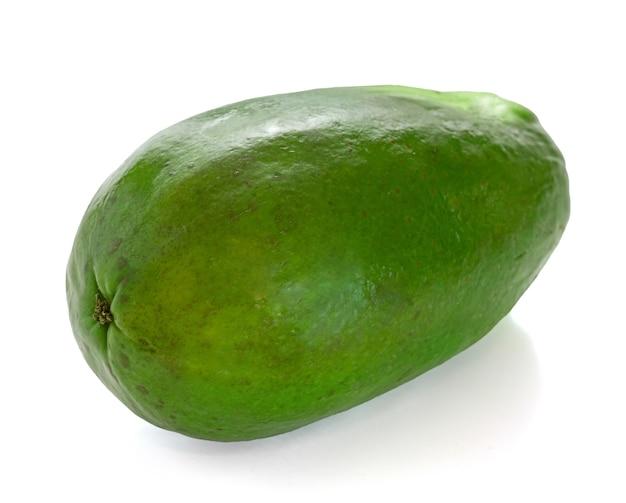 Papaye verte pour la cuisson sur fond blanc