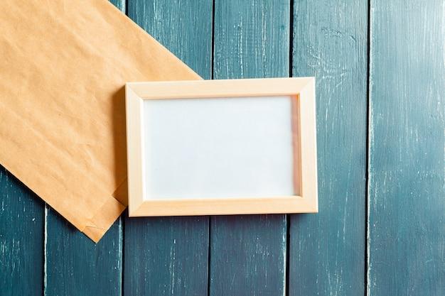 Papeterie d'affaires sur un fond en bois foncé