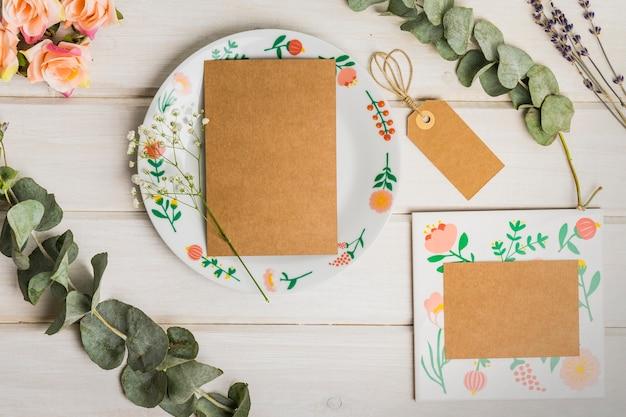 Papeterie en blanc avec carton sur plaque