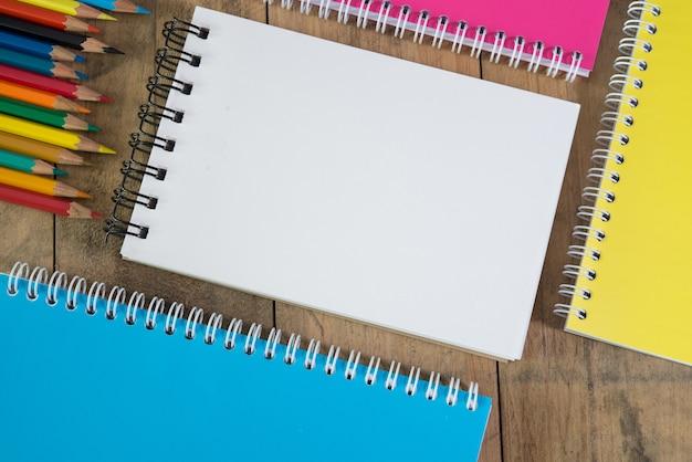Papeterie en blanc sur fond en bois pour la présentation et les affaires