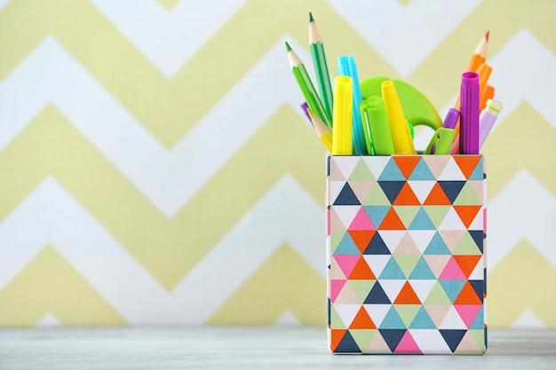 Papeterie en boîte sur fond de couleur