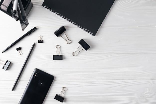 Papeterie de bureau comprenant un bloc-notes, un stylo et un téléphone à plat