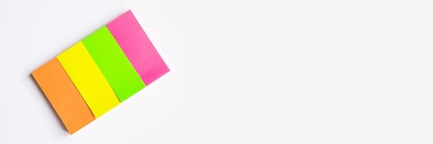 Papeterie colorée. autocollant multicolore sur fond blanc. bannière