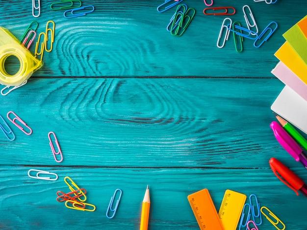 Papeterie colorée cadre de travail d'école