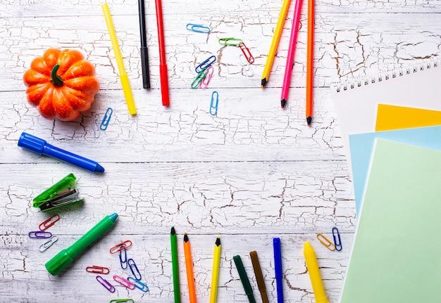 Papeterie colorée différente pour étudiant