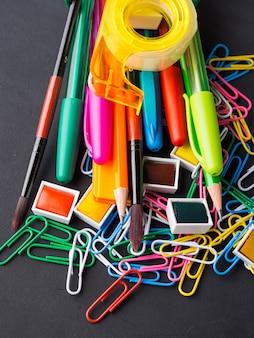 Papeterie colorée à l'école