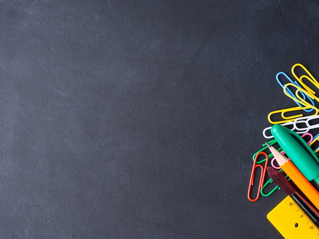 Papeterie colorée retour au concept d'école sur fond de tableau