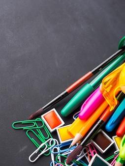 Papeterie colorée retour au concept d'école sur tableau noir