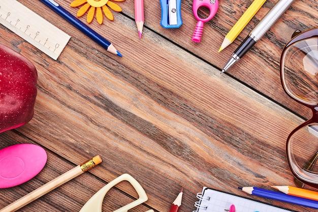 Papeterie sur fond en bois. espace vide pour votre annonce.