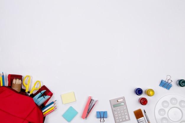 Papeterie et fournitures de bureau sur fond blanc