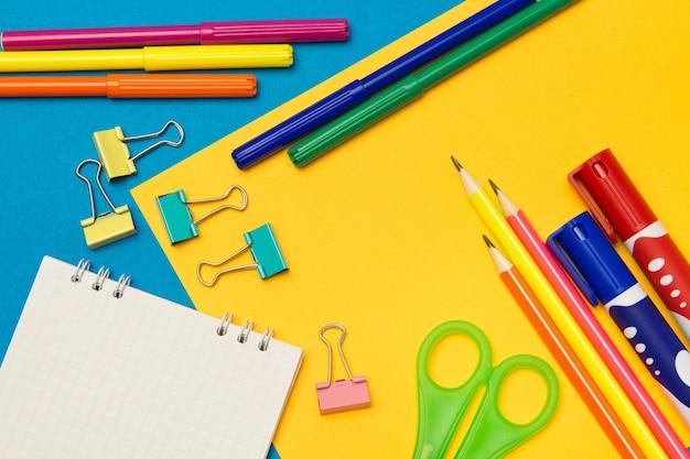 Papeterie. fournitures scolaires et de bureau sur une couleur
