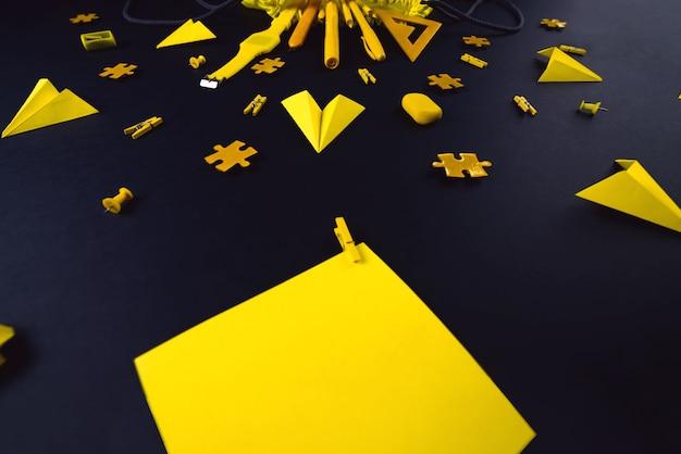 Papeterie jaune sur fond noir