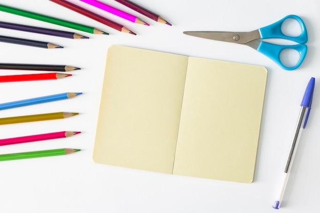 Papeterie multicolore avec cahier et ciseaux