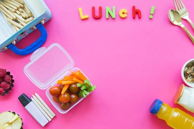 Papeterie et nourriture saine près de l'écriture du déjeuner