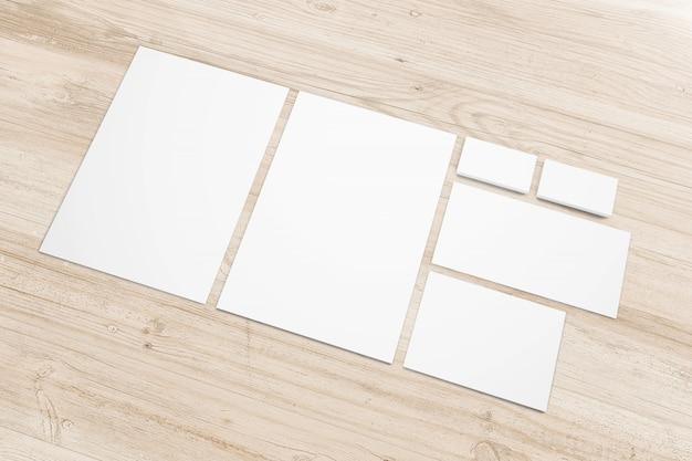 Papeterie de papier vierge sur bureau en bois