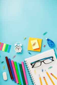 La papeterie pour l'école et la créativité sont en bleu.