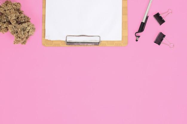 Papeterie pour étude isolé sur fond rose