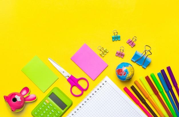 Papeterie, retour à l'école, heure d'été, créativité et concept de l'éducation